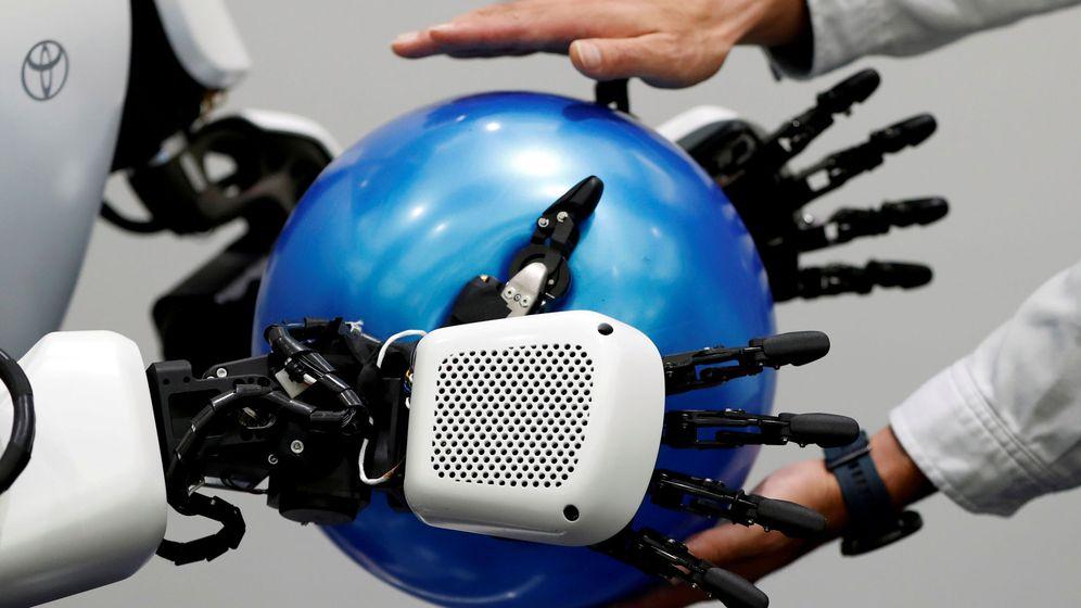 Foto: Un empleado de Toyota Motor Corp. muestra el robot humanoide que se utilizará en los Juegos Olímpicos y Paralímpicos de Tokio 2020. (Reuters)