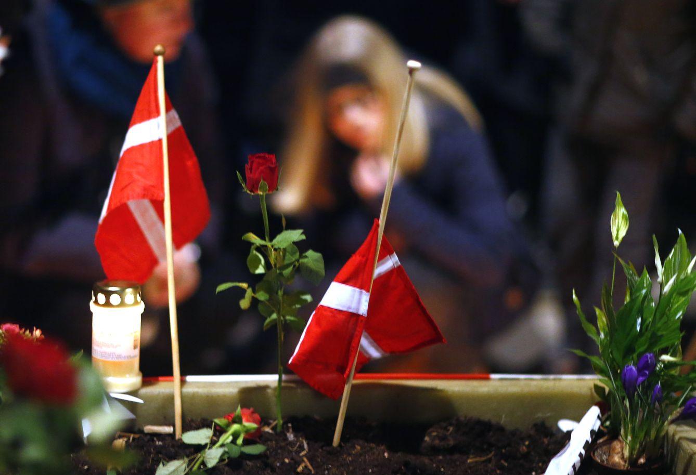 Foto: Unas banderas danesas junto a unas flores durante un funeral por las víctimas de los ataques de Copenhague (Reuters)