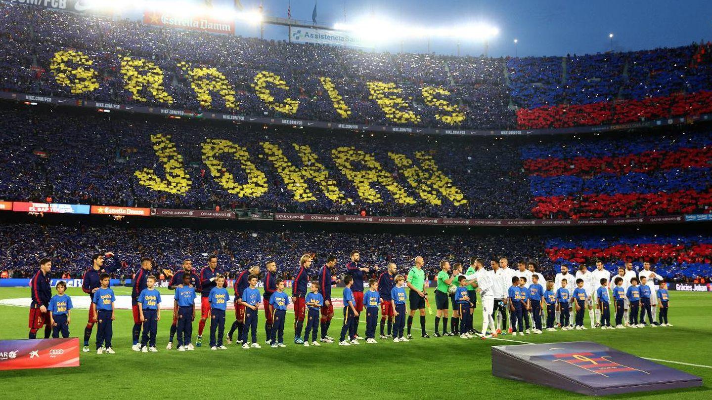 Mural en el Camp Nou en recuerdo a Cruyff tras su muerte. (Getty)