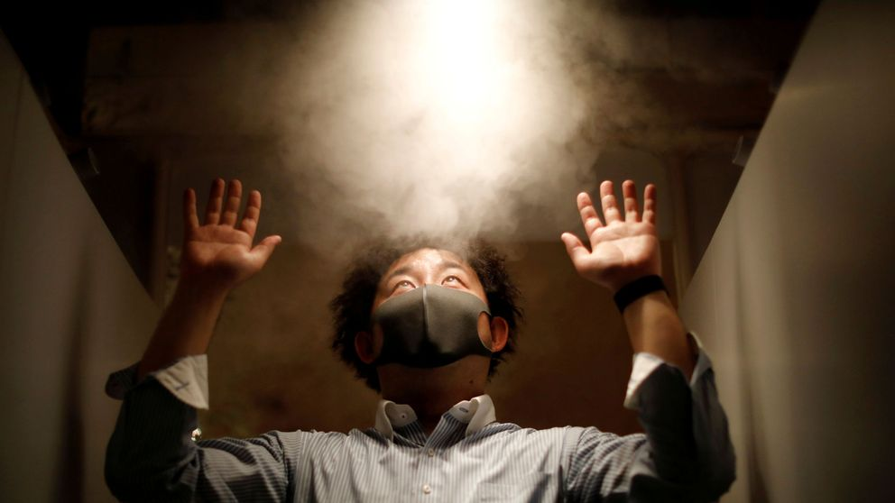 Un restaurante japonés rocía con desinfectante a sus clientes