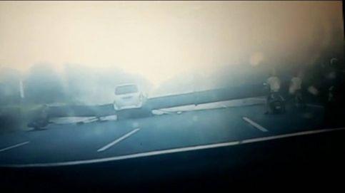 Una grúa aplasta un minibús en China y deja siete muertos