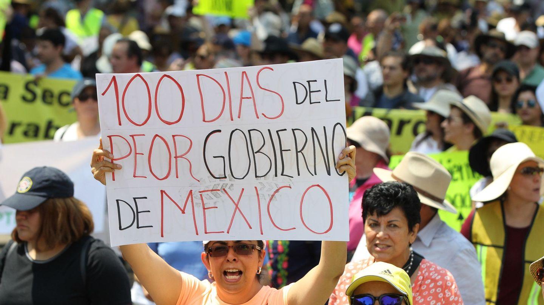 Organizaciones denominadas Nosotros Somos Mas y Chalecos Amarillos México marchan como protesta por la gestión de Andrés Manuel López Obrador, el domingo. (EFE)