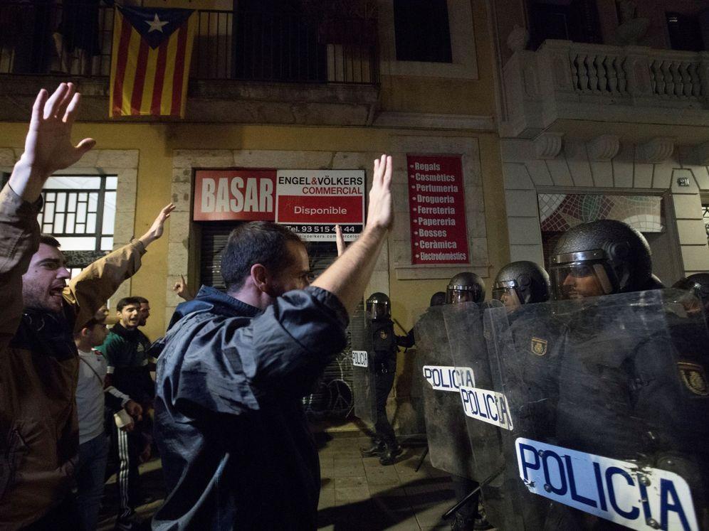 Foto: Agentes de la Policía Nacional durante los enfrentamientos en Barcelona. (EFE)