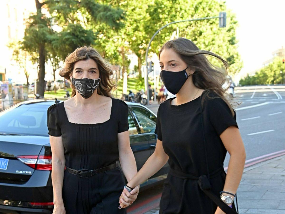 Foto: Xandra Falcó y su hija, llegando al funeral. (CP)