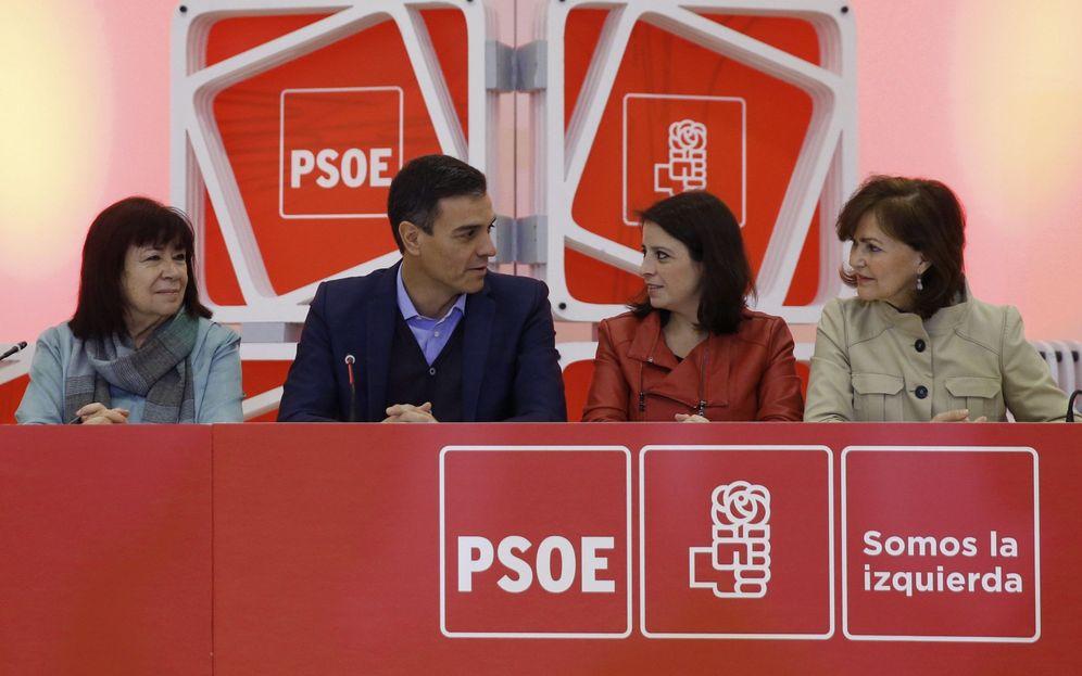 Foto: Pedro Sánchez, con Cristina Narbona (i), Adriana Lastra y Carmen Calvo, en la ejecutiva de este 18 de febrero en el palacio de Neptuno de Madrid. (EFE)