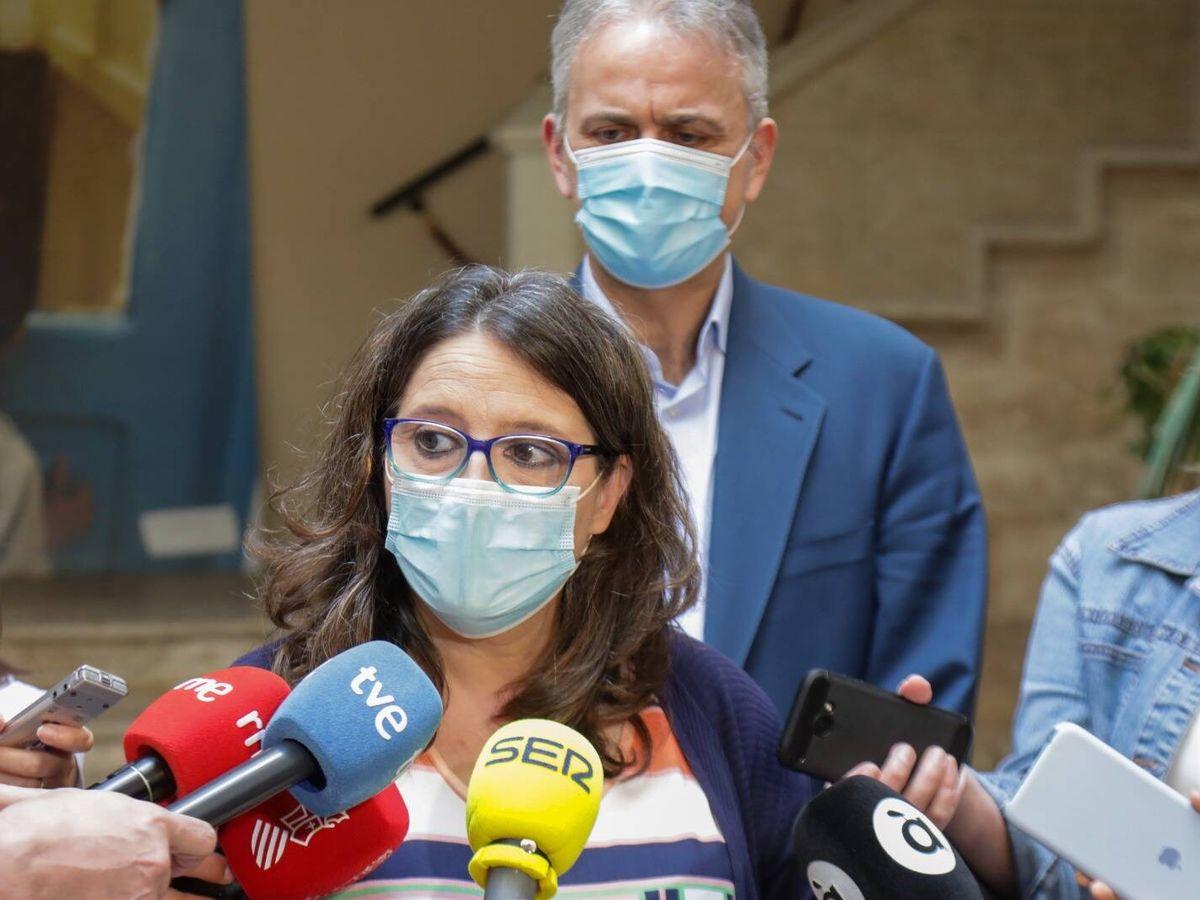 Foto: Mónica Oltra atiende a los medios. Detrás, Héctor Illueca. (GVA)