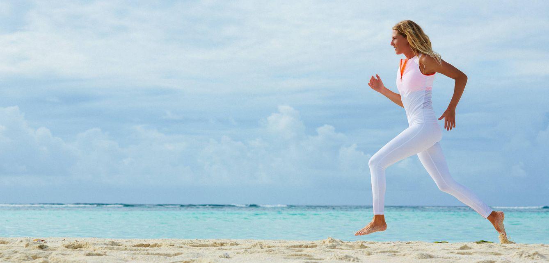Foto: Correr por la playa no es tendencia; pero el 'running' está experimentando su época dorada (Foto: Roxy)