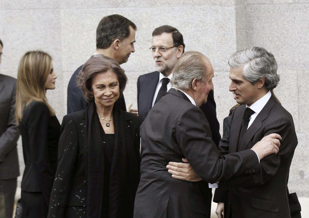 Foto: El rey Juan Carlos saluda a Adolfo Suárez Illana a su llegada a la Almudena. (EFE)