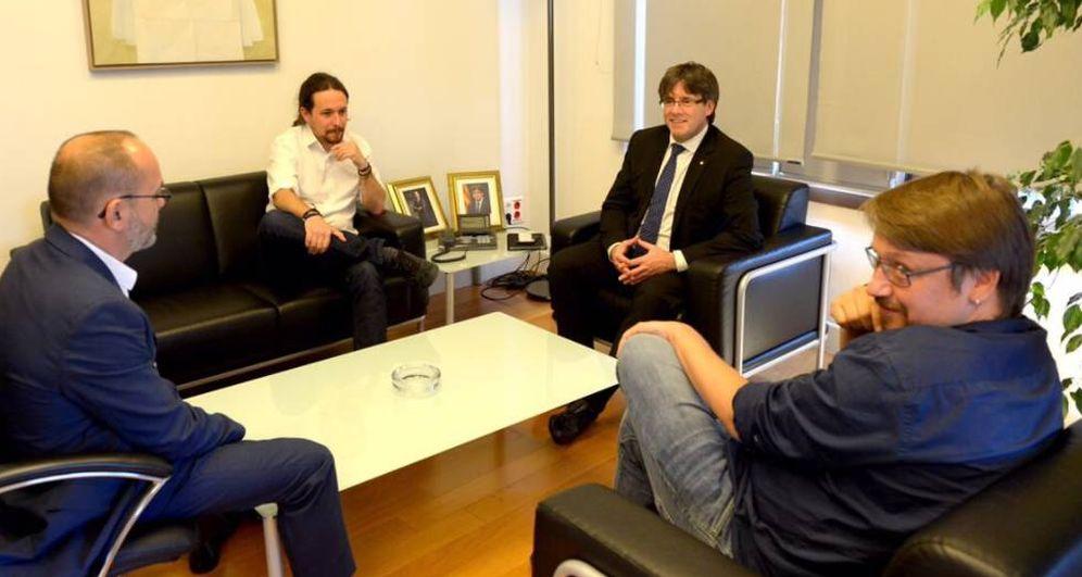 Foto: Carles Puigdemont (c) se reúne con el líder de Podemos, Pablo Iglesias, y el del nuevo partido de los 'comuns', Xavier Domènech (d).