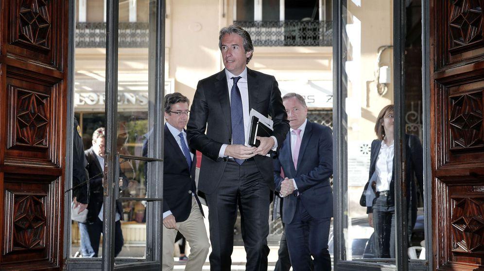 Foto: El ministro de Fomento, a su entrada al Palau de la Generalitat antes de reunirse con Ximo Puig. (EFE)