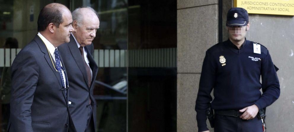 Foto: El empresario Carlos Sumarroca Coixet (2i) y su hijo Carlos Sumarroca Claverol, a la salida de la Audiencia. (EFE)