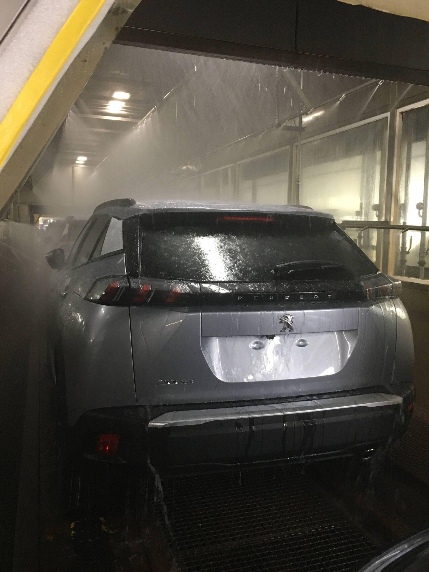El grupo Stellantis, en sus plantas españolas de Vigo, Zaragoza y Madrid, somete a todos sus vehículos a rigurosas pruebas bajo el agua.