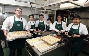 Un grupo de parados abre un restaurante con raciones a 1 euro