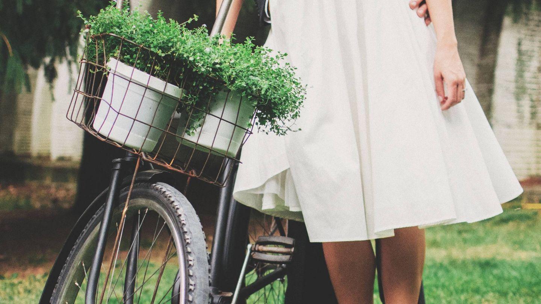 Pareja de novios con bicicleta. (Fotografía de Scott Webb para Unsplash)