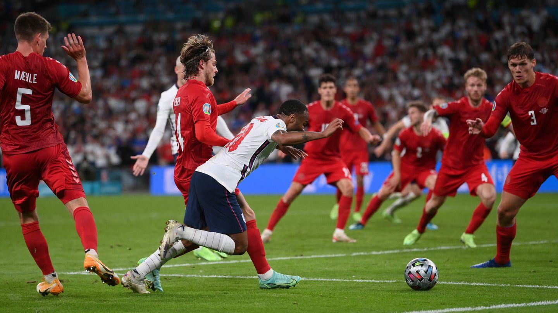 Sterling se va al suelo en la jugada del penalti. (Efe)