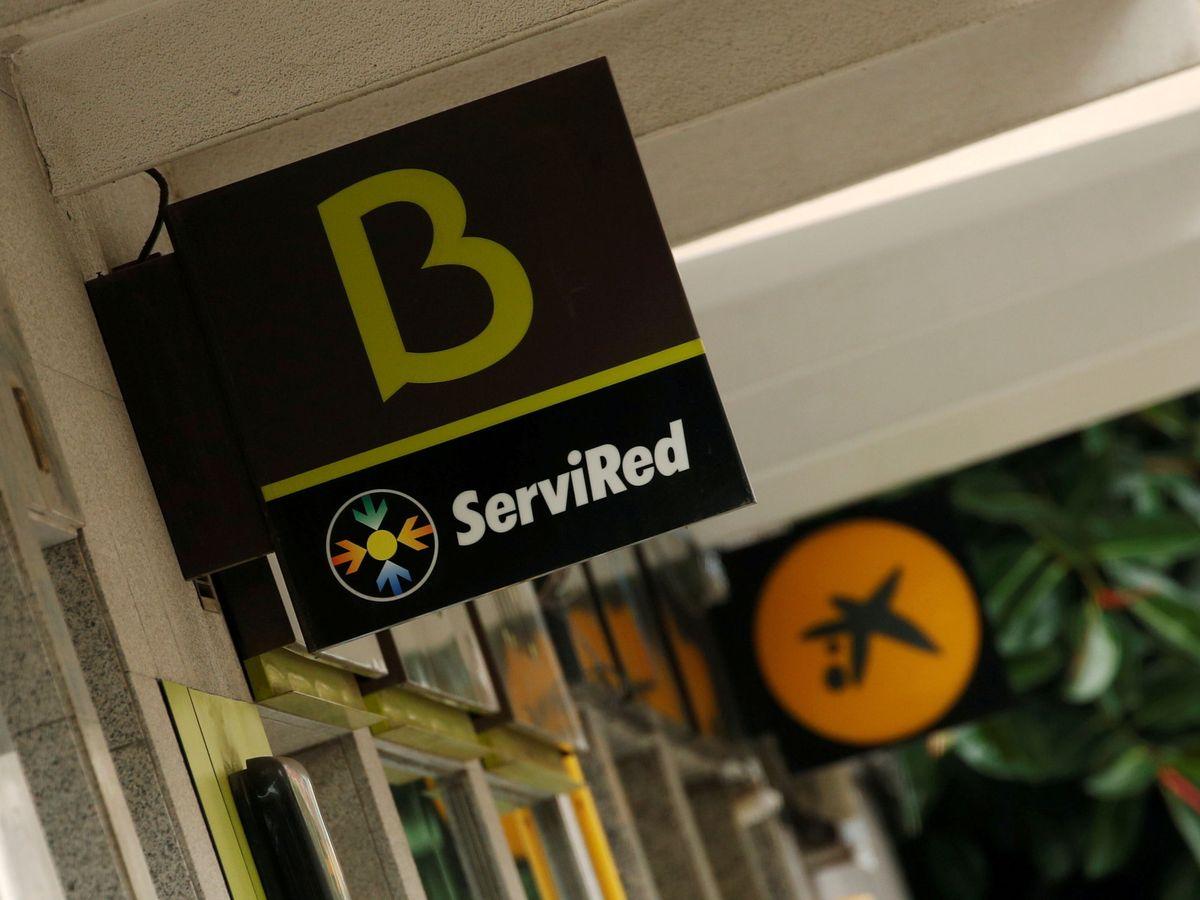 Foto: Los logos de las entidades bancarias Bankia y CaixaBank antes de la fusión. (Reuters)