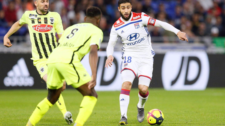 Fekir conduce el balón en un duelo contra el Angers en Francia. (Reuters)