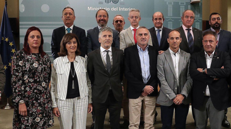 Foto de familia de los sindicatos y asociaciones firmantes del acuerdo de equiparación ratificado por Marlaska en octubre de 2018. (EFE)