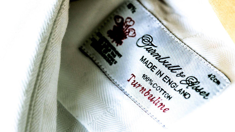 Foto: Herederos de la mejor tradición británica, en Turnbull & Asser todo el proceso sigue siendo cien por cien artesanal, desde el primer corte del material hasta el cosido de la etiqueta. / JUAN SERRANO CORBELLA