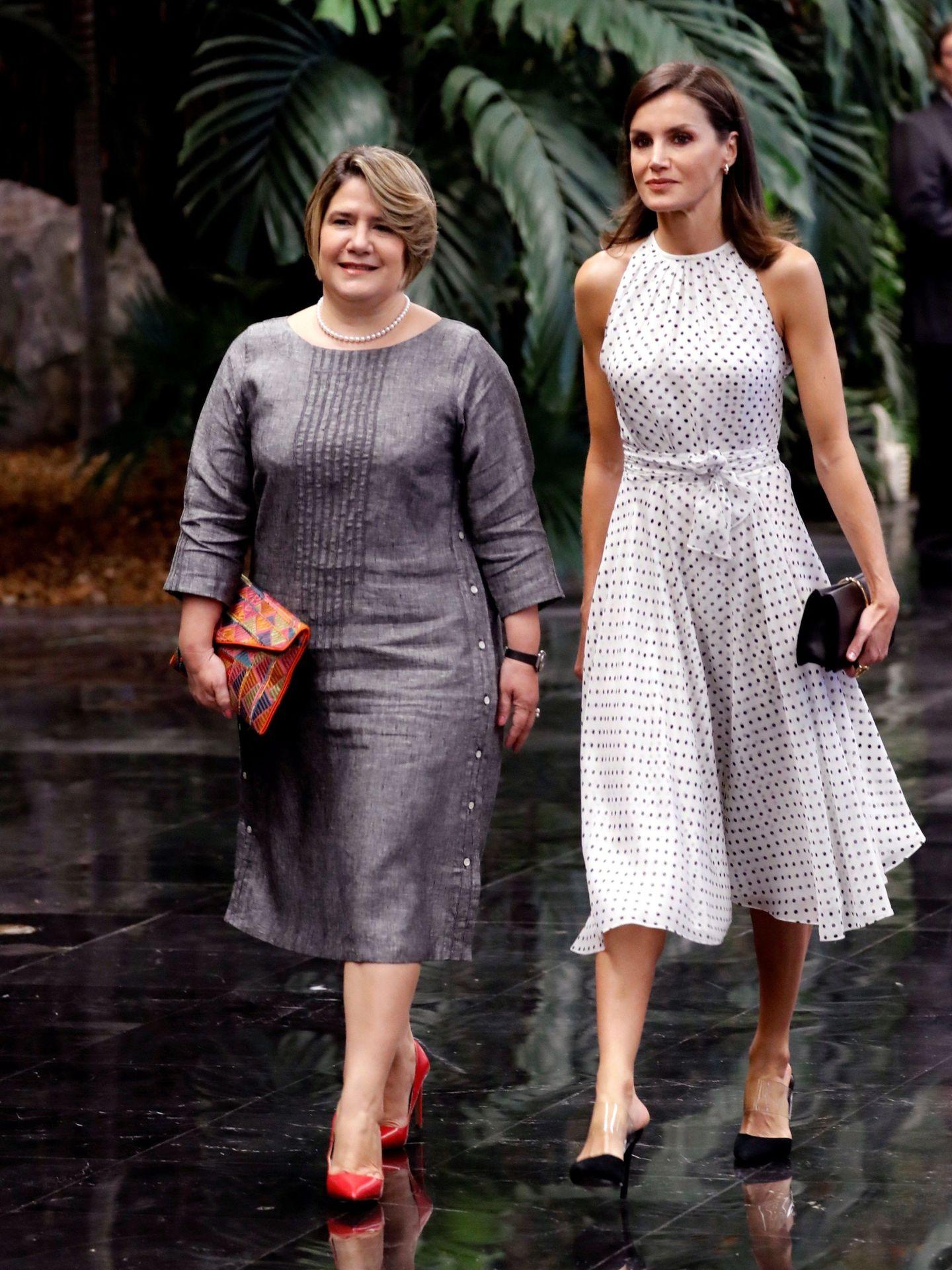 La Reina y la primera dama. (EFE)