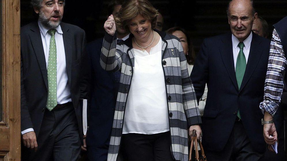 Foto: La consellera de Educación de la Generalitat, Irene Rigau, junto a su abogado Miquel Roca, tras prestar declaración ante el TSJC. (Efe)