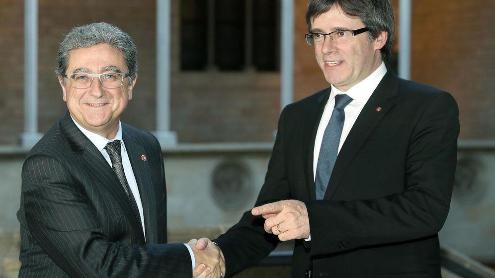 Foto: El expresidente de la Generalitat Carles Puigdemont saluda al delegado del Gobierno en Cataluña, Enric Millo. (EFE)