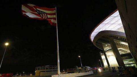 El Atlético se lía e iza al revés su bandera en el Wanda Metropolitano