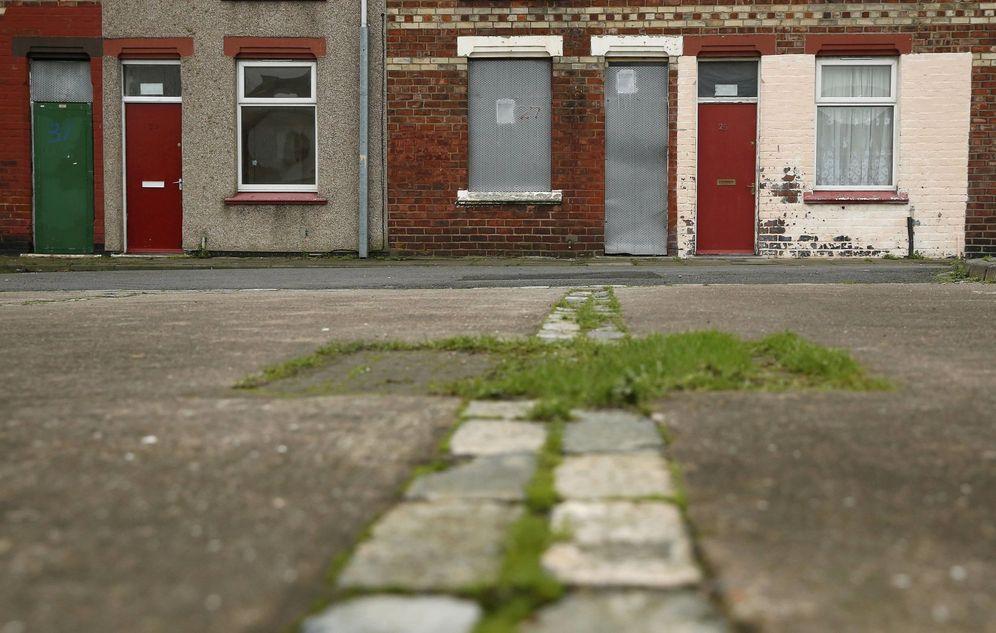Foto: Casas con puertas rojas, asignadas a solicitantes de asilo, en Middlesbrough, Reino Unido. (Reuters)