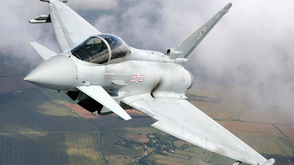Así interceptan dos cazas Typhoon a un Boeing 777 de pasajeros en pleno vuelo