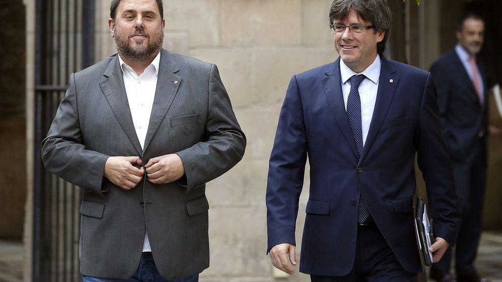 Foto: El presidente de la Generalitat, Carles Puigdemont (d), acompañado por el vicepresidente y conseller de Economía y Hacienda, Oriol Junqueras. (EFE)