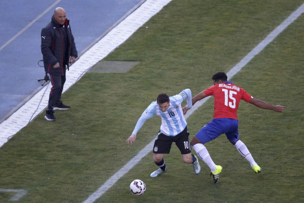 Foto: Sampaoli mira a Leo Messi durante el Argentina-Chile disputado el año pasado. (REUTERS)