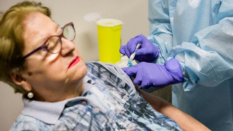 Johnson & Johnson suspende su vacuna por la enfermedad inexplicable de un voluntario