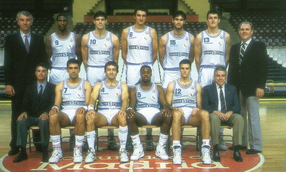 Foto: Plantilla del Real Madrid en la temporada 1989-1990, con George Karl de entrenador y Fernando Martín en el equipo.