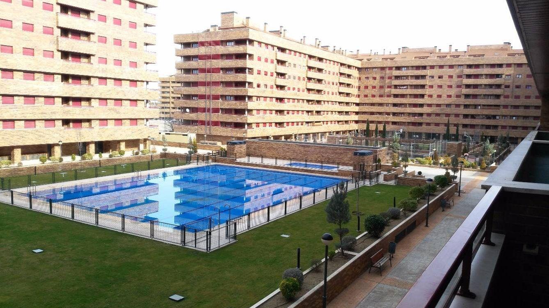 Uno de los residenciales de El Quiñón, con piscina, garaje y zonas comunes. (Central Inmobiliaria)