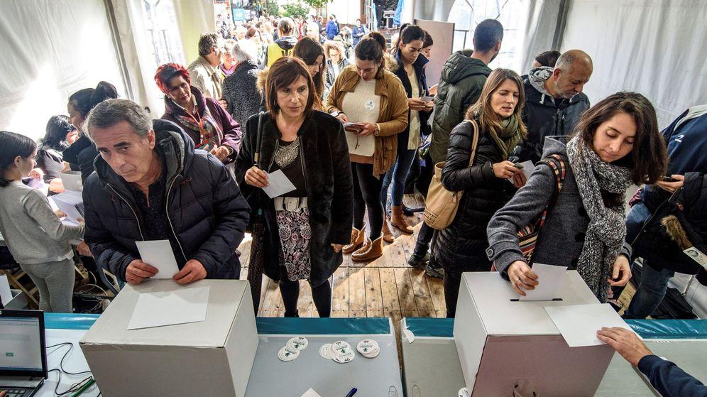 Foto: Diversas personas votan en la consulta soberanista celebrada por Gure Esku Dago en noviembre en Getxo. (EFE)