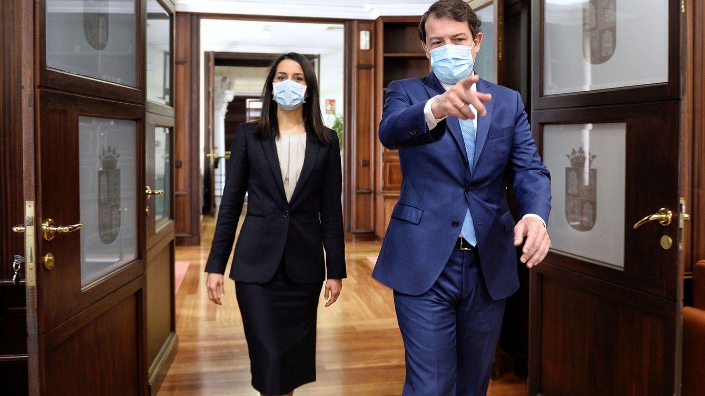 Arrimadas cambia el paso: deshielo con los barones del PP e irreconciliable con Casado
