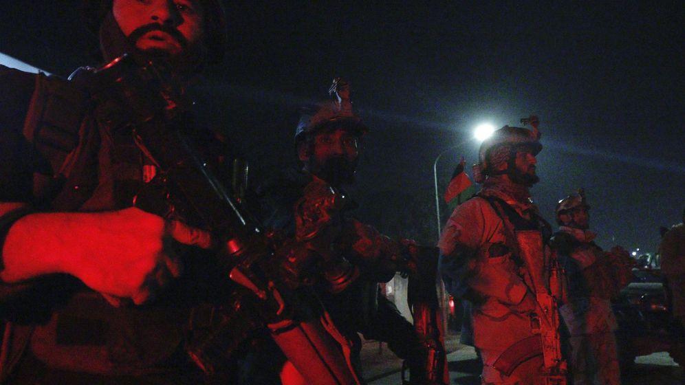 Foto: Fuerzas de Seguridad afganas protegen las inmediaciones de la Embajada de España en Kabul. (EFE)