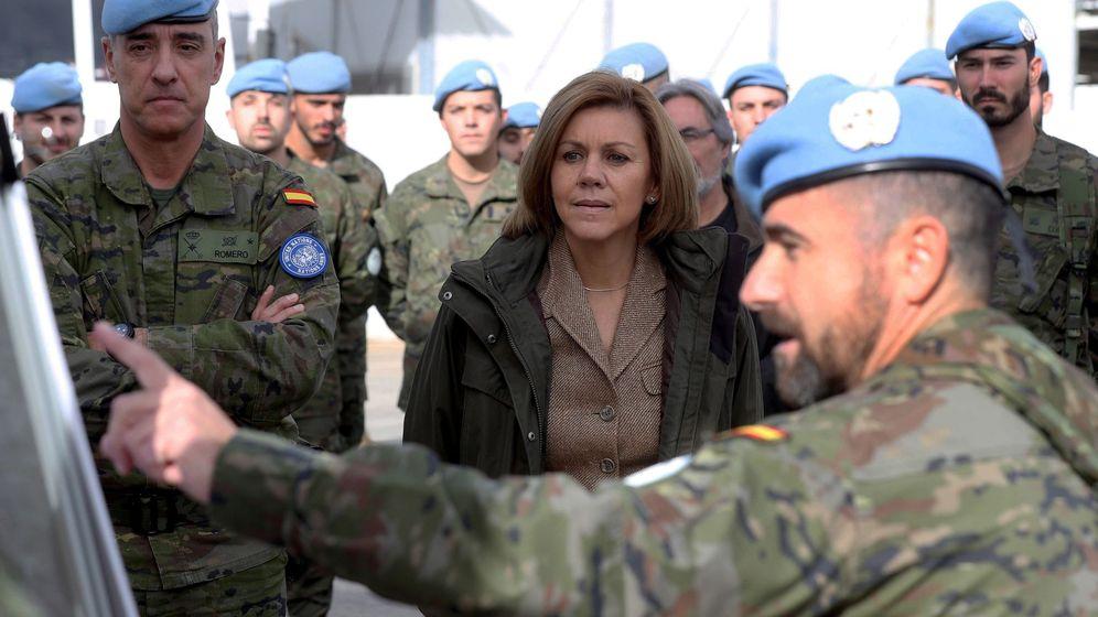 Foto: Cospedal se vuelca con las tropas en Líbano: Sois la mejor carta credencial de España. (EFE)