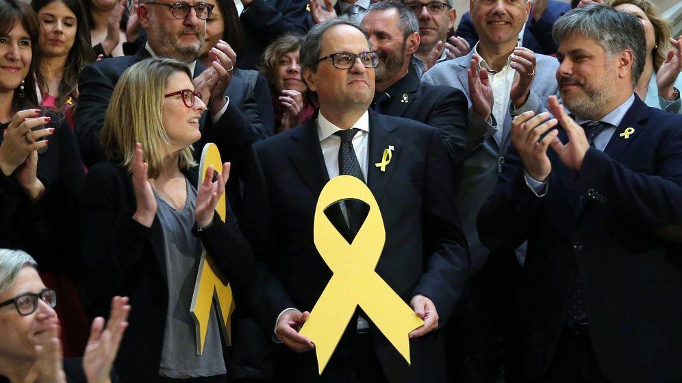 Foto: El nuevo presidente de la Generalitat, Quim Torra, posa con un lazo amarillo en recuerdo de los politicos encarcelados. (EFE)