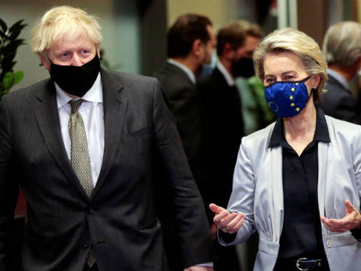 Foto: Johnson junto a la presidenta de la Comisión Europea, Von der Leyen. (Reuters)