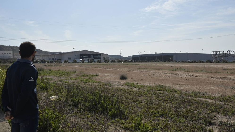 Foto: Una persona observa uno de los solares abandonados en la ciudad agroalimentaria de Tudela. (Antonio Gutierrez)