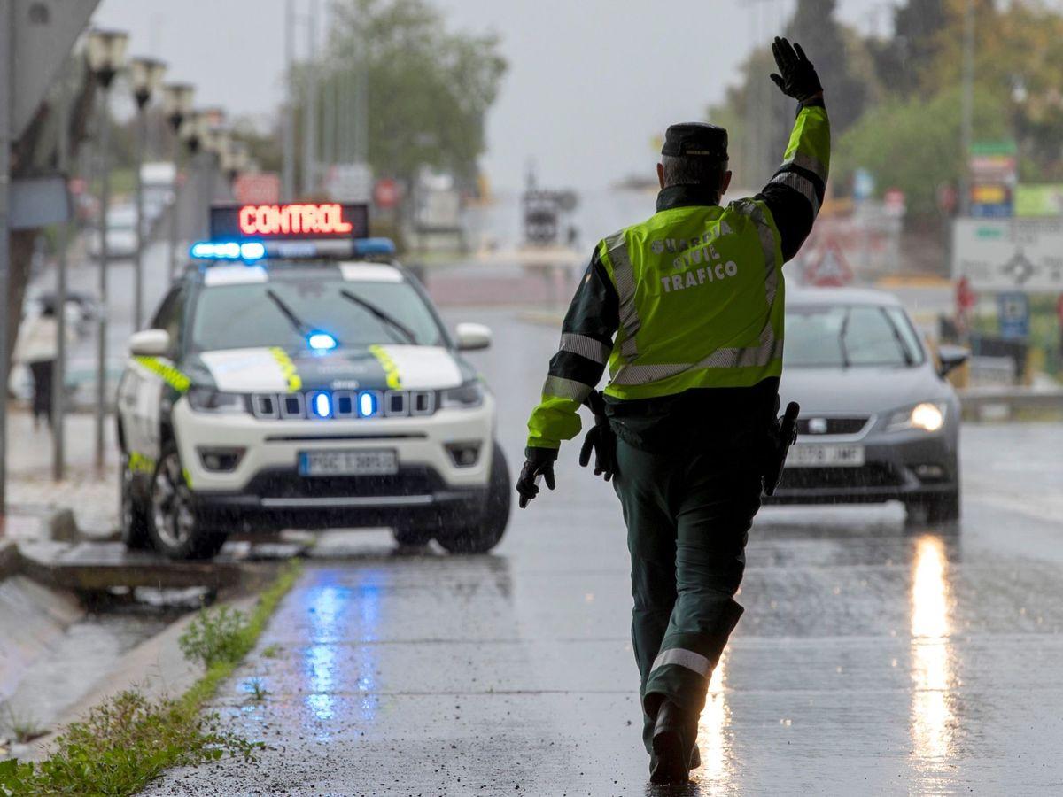 Foto: La Guardia Civil en un control de carretera de Sevilla. (EFE)