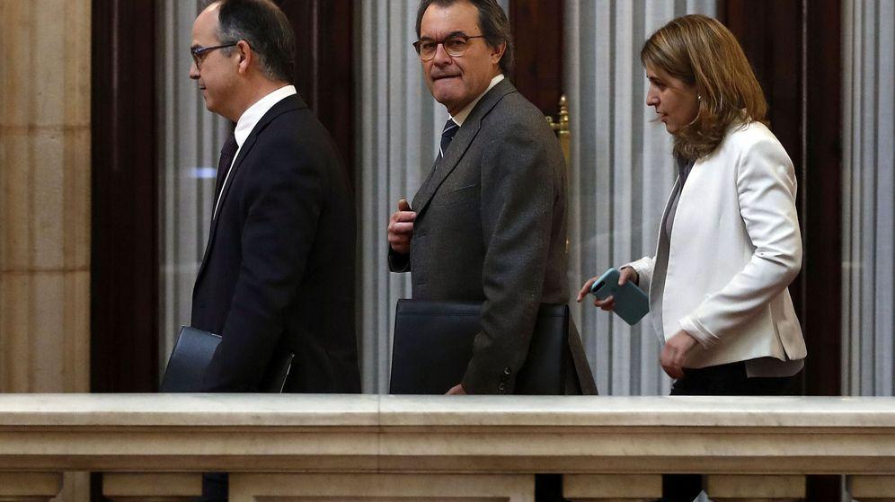 Foto: El expresidente de la Generalitat Artur Mas, acompañado por Marta Pascal y Jordi Turull, a su llegada hoy al Parlament. (EFE)