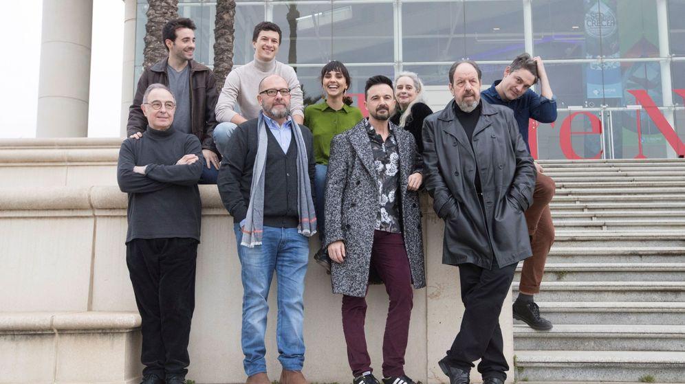 Foto: Guillem Clua, segundo por la derecha, con el reparto de 'Justícia' el pasado mes de febrero (EFE)