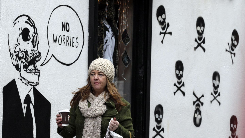 Una mujer pasa ante un grafitti en el centro de Dublín que dice: 'No hay de qué preocuparse' (Reuters).