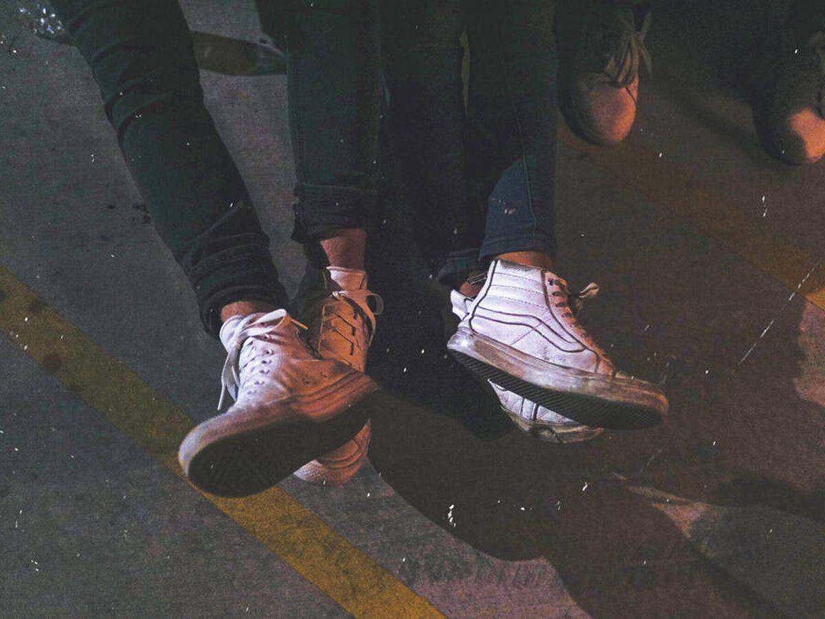 Foto: Trucos para limpiar las zapatillas blancas (Maxwell Nelson para Unsplash)