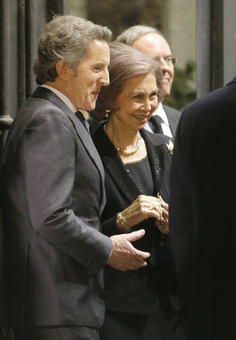Foto: Doña Sofía conversando con Alfonso Díez durante la misa funeral de la duquesa de Alba (Gtres)