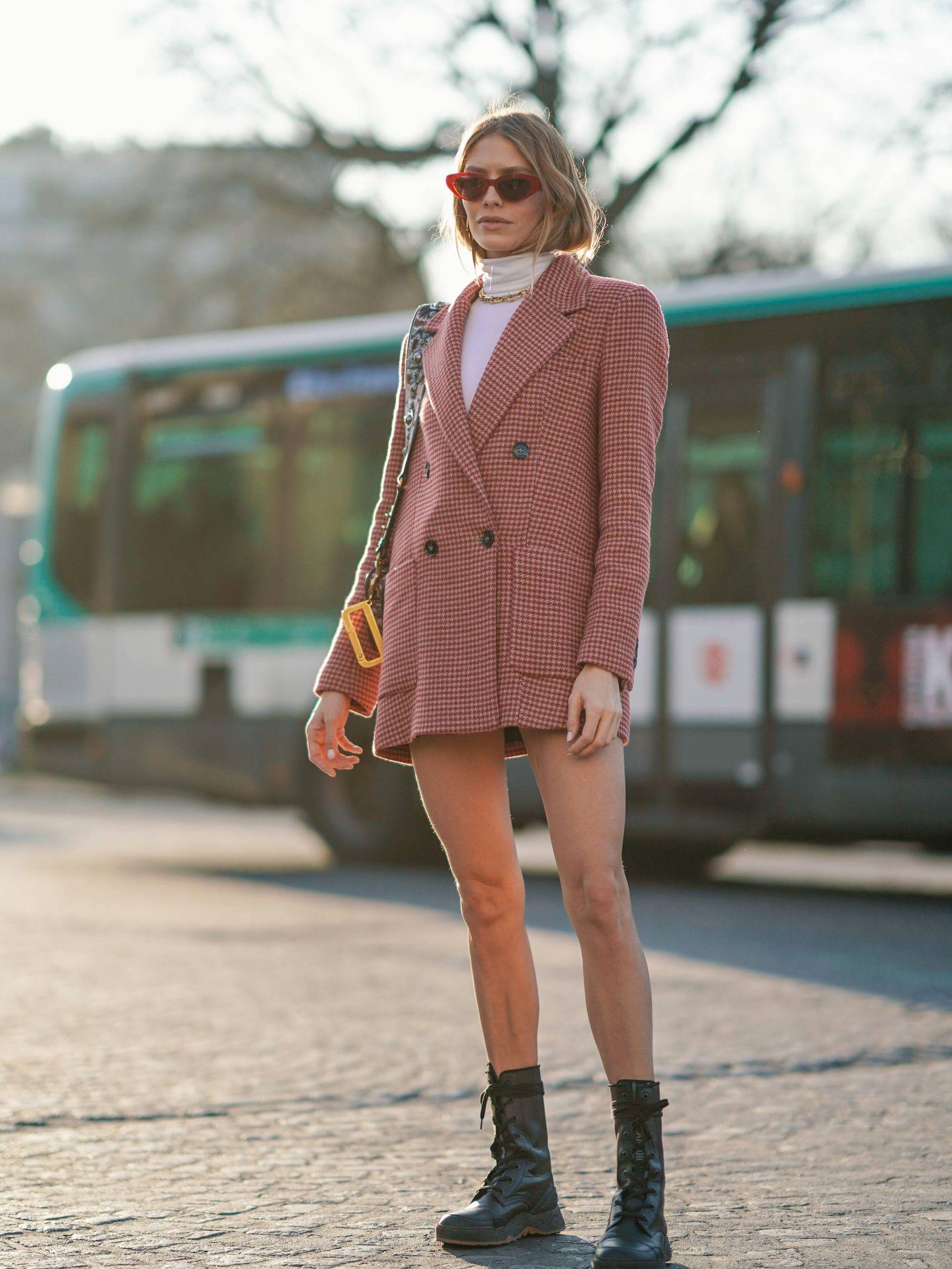 Lena Perminova con look de Mango durante la Paris Fashion Week. (Getty)