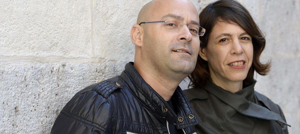 Foto: Tal Granit (d) y Sharon Maymon (i), posan durante la presentación de la película 'Mita tova', Espiga de Oro en Seminci (EFE)