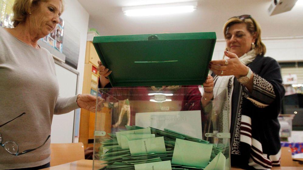 Foto: Dos mujeres abren una urna tras el cierre de los colegios electorales. (EFE)